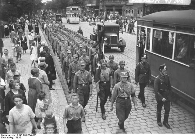 Bundesarchiv_B_145_Bild-P049500,_Berlin,_Aufmarsch_der_SA_in_Spandau.jpg